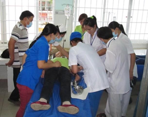 Cấp cứu nạn nhân ngộ độc tại Công ty TNHH CY Vina (ảnh internet)
