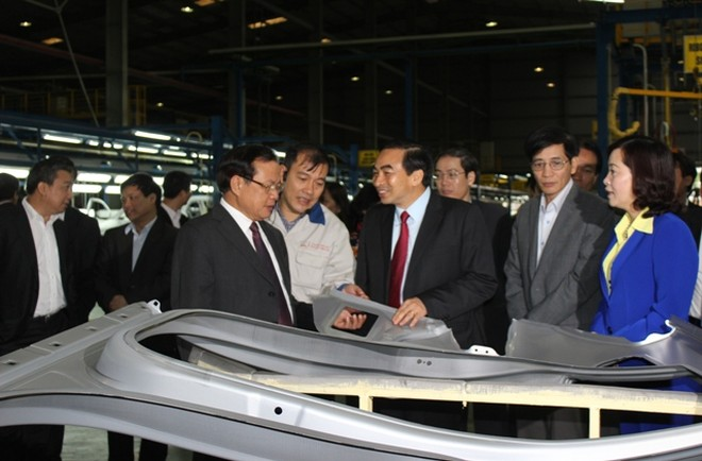 Bí thư Thành ủy Hà Nội thăm nhà máy lắp ráp, sản xuất ô tô Huyndai Thành Công tại KCN Gián Khẩu (Gia Viễn, Ninh Bình) sáng 10-4