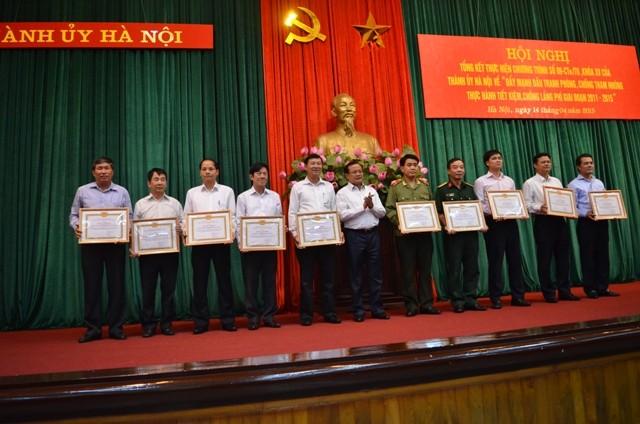 10 đơn vị được nhận Bằng khen của Thành ủy vì thành tích xuất sắc trong thực hiện chương trình 09 (Ảnh: Phú Khánh)