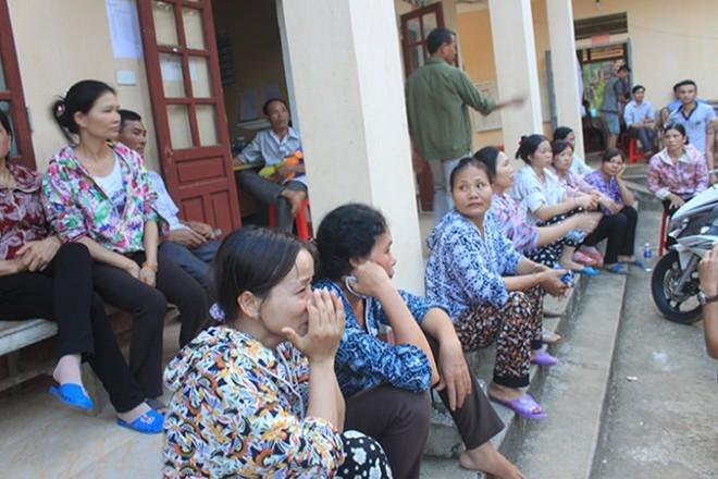 Ngay ngày 8-5, người nhà cháu bé tử vong kéo đến Trạm Y tế xã Xuân Thắng yêu cầu làm rõ nguyên nhân (ảnh internet)
