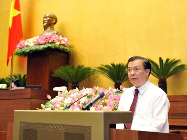 Bộ trưởng Bộ Tài chính Đinh Tiến Dũng trình bày dự thảo Luật phí và lệ phí sáng 26-5