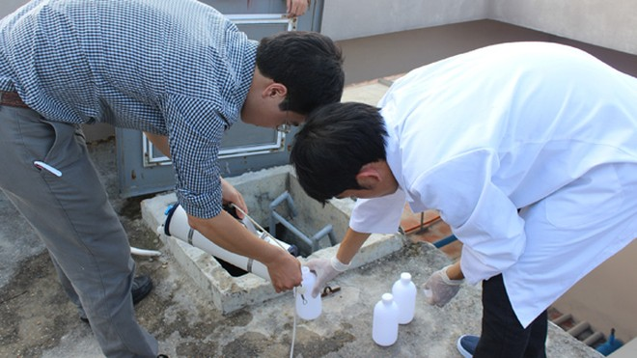 Cán bộ TTYTDP Hà Nội lấy mẫu nước ở bể nước chung cư để xét nghiệm (ảnh minh họa)