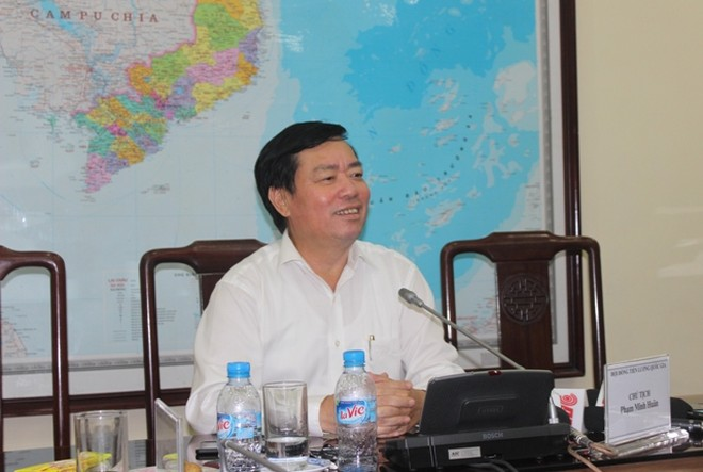 Phó Chủ tịch Tổng liên đoàn Lao động Việt Nam Mai Đức Chính chia sẻ thông tin với báo chí bên lề cuộc họp sáng 5-8