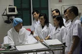 Bộ trưởng Bộ Y tế thăm bệnh nhân được ghép tạng tại Bệnh viện Việt Đức tối 12-9