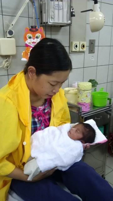 Trẻ được sinh ra từ bà mẹ 7 năm liền lọc máu đã xuất viện ảnh 2