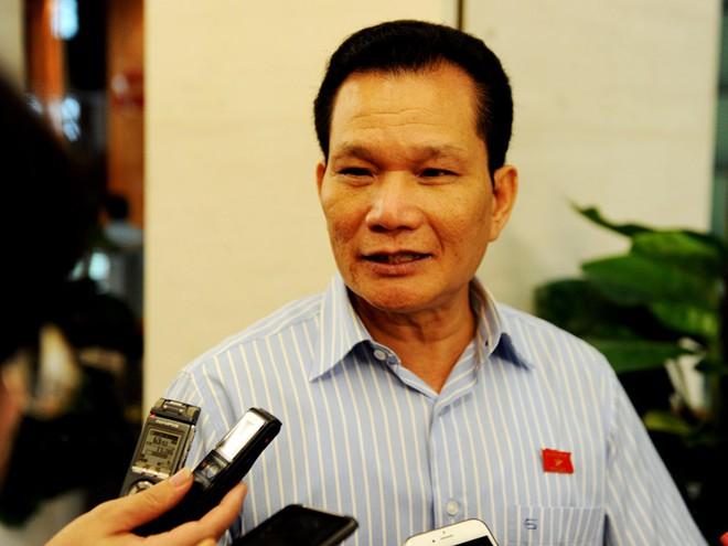 Ông Bùi Sỹ Lợi trao đổi với báo chí bên hành lang Quốc hội
