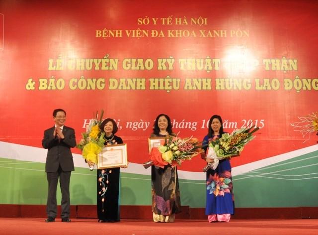 Chủ tịch UBND TP Nguyễn Thế Thảo trao tặng Bằng khen cho các cá nhân của BV Xanh Pôn