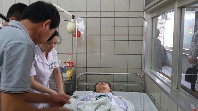Một nạn nhân vụ tai nạn đang được xử lý điều trị tại Bệnh viện Bạch Mai