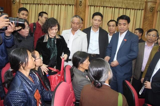 ĐBQH Nguyễn Đức Chung - Chủ tịch UBND TP Hà Nội trực tiếp xuống hội trường lắng nghe ý kiến phản ánh của cử tri
