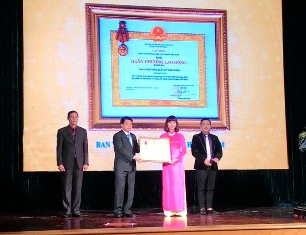 Chủ tịch UBND TP Nguyễn Đức Chung thay mặt Đảng, Nhà nước trao Huân chương Lao động hạng Ba cho Ban Tuyên giáo Quận uỷ Hoàn Kiếm