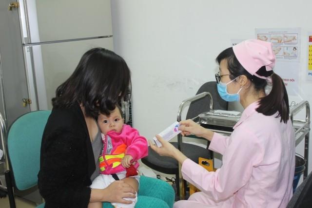 Những trường hợp đầu tiên được tiêm pentaxim tại Hà Nội sau thời gian rất dài chờ đợi