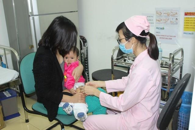 Hơn 30 trẻ đầu tiên được tiêm vaccine Pentaxim sau gần 1 năm chờ đợi ảnh 5