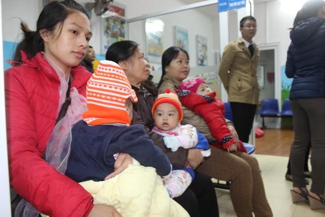 Hơn 30 trẻ đầu tiên được tiêm vaccine Pentaxim sau gần 1 năm chờ đợi ảnh 6