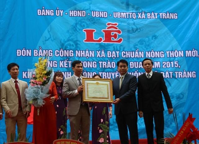 Chủ tịch UBND TP Hà Nội Nguyễn Đức Chung trao Bằng công nhận xã đạt chuẩn nông thôn mới cho xã Bát Tràng