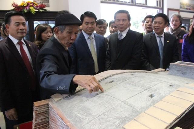 Chủ tịch UBND TP Hà Nội Nguyễn Đức Chung thăm phòng truyền thống của làng nghề gốm sứ Bát Tràng