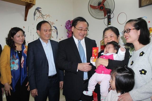 Bí thư Thành ủy Hoàng Trung Hải thăm, tặng quà một gia đình công nhân tại Khu nhà ở công nhân Kim Chung (Đông Anh, Hà Nội)