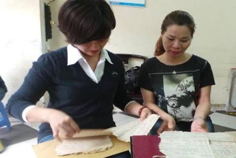 Chị Tạ Thị Thu Trang (bên phải) bị trao nhầm mẹ cách đây 42 năm