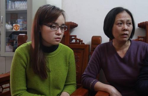 Chị Lê Thanh Hiền (áo xanh) bị trao nhầm mẹ cách đây 29 năm