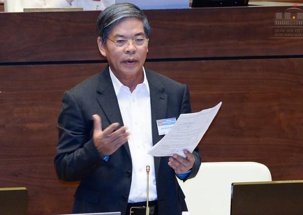 Bộ trưởng Bộ Tài nguyên và Môi trường Nguyễn Minh Quang trình bày trước Quốc hội