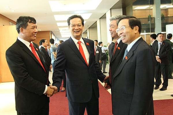 Thủ tướng Chính phủ Nguyễn Tấn Dũng trò chuyện cùng các ĐBQH bên hành lang Quốc hội