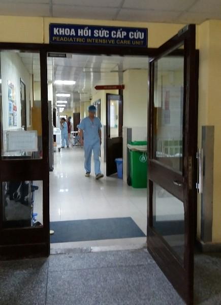 Con trai lớn trong vụ nghi án mẹ ép con uống thuốc diệt cỏ đang được cấp cứu tại khoa Hồi sức cấp cứu- Bệnh viện Nhi Trung ương