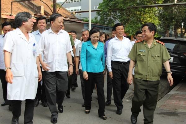 Bộ trưởng Bộ Công an Tô Lâm cùng Bộ trưởng Bộ Y tế Nguyễn Thị Kim Tiến vào thăm 2 bệnh nhân vừa được ghép tạng thành công tại BV Việt Đức chiều 6-5