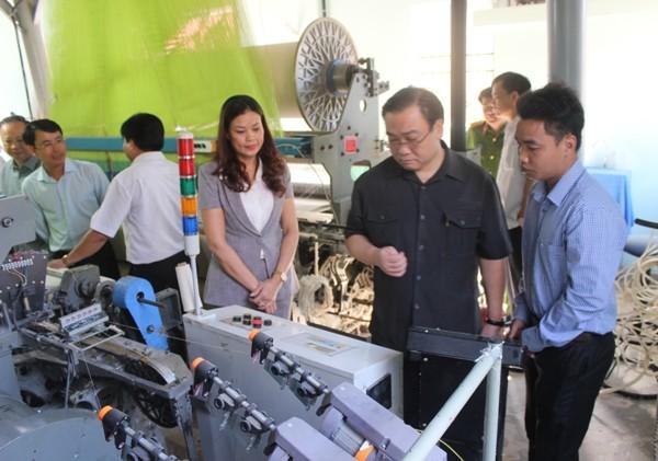 Bí thư Thành ủy Hoàng Trung Hải thăm cơ sở sản xuất dệt khăn mặt, khăn bông