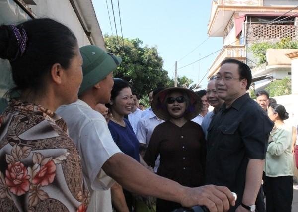 Bí thư Thành ủy trò chuyện với các hộ sản xuất tại làng nghề Phùng Xá