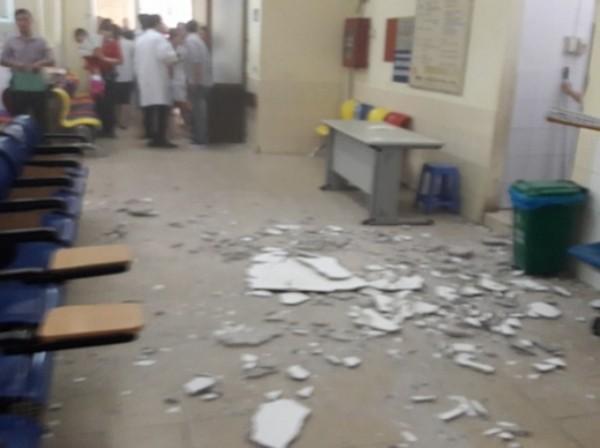 Hình ảnh mảng vữa trên trần nhà khu khám bệnh của bệnh viện rơi xuống
