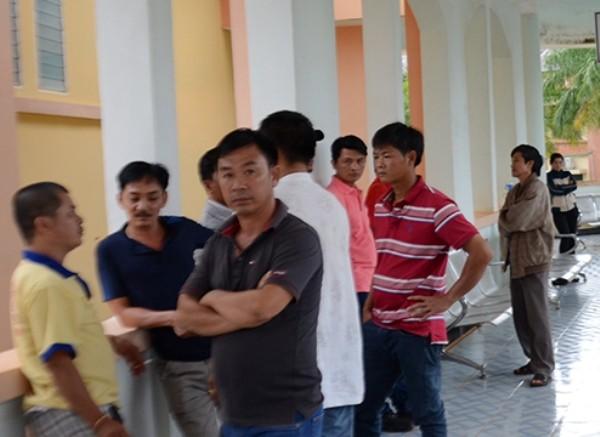 Người nhà bệnh nhân Trần V. chờ đợi tại Bệnh viện Đa khoa tỉnh Đắc Nông