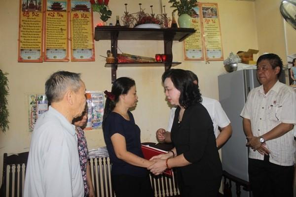 Phó Bí thư thường trực Thành ủy Ngô Thị Thanh Hằng tới chia buồn,