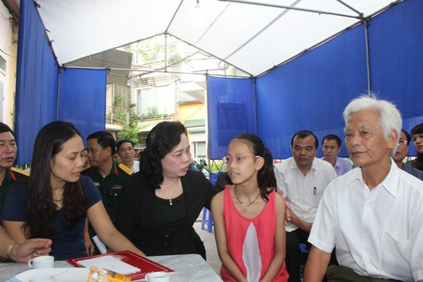 Phó Bí thư thường trực Thành ủy Ngô Thị Thanh Hằng đến chia buồn,
