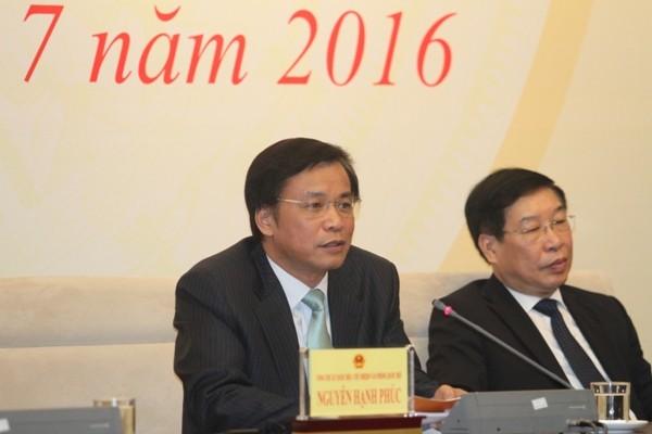 Tổng thư ký Quốc hội Nguyễn Hạnh Phúc cùng Phó Tổng thư ký Quốc hội Lê Minh Thông trao đổi với các phóng viên tại buổi họp báo (Ảnh: Thuần Thư)