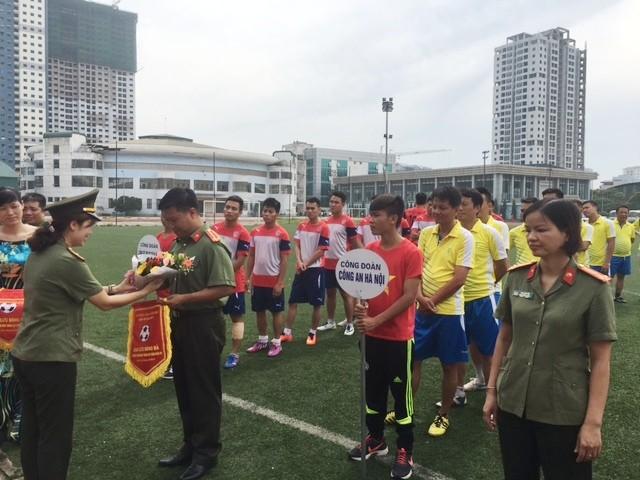 Ban tổ chức tặng cờ, hoa cho đội bóng Công đoàn CATP Hà Nội