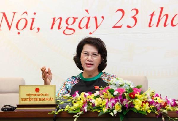 Chủ tịch Quốc hội Nguyễn Thị Kim Ngân trao đổi với báo chí