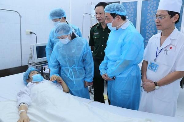 Bộ trưởng Bộ Y tế Nguyễn Thị Kim Tiến thăm bệnh nhân vừa được ghép tạng thành công
