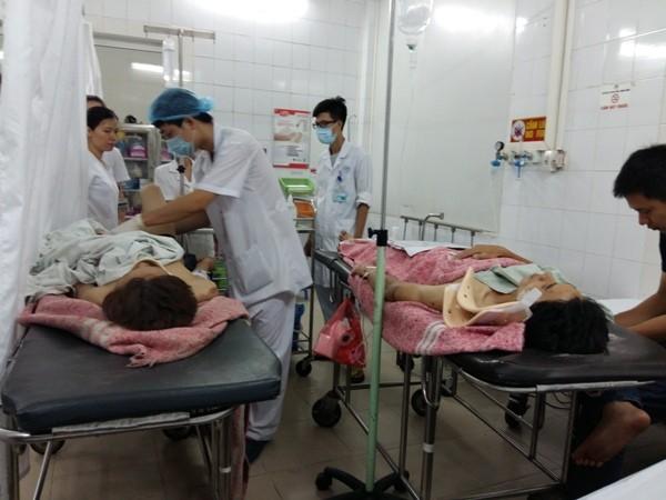 Các bác sĩ Bệnh viện Xanh Pôn khẩn trương cấp cứu cho 2 nạn nhân vụ sập nhà