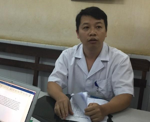 Bác sĩ Nguyễn Đức Minh cung cấp cho báo chí thông tin về nạn nhân vụ sập nhà