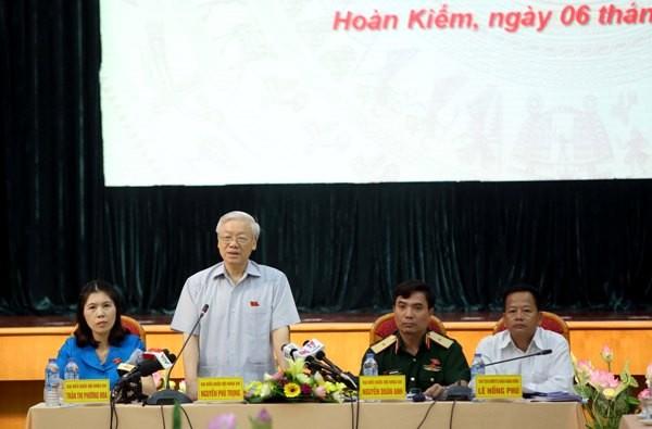 Tổng Bí thư Nguyễn Phú Trọng trao đổi với cử tri tại buổi tiếp xúc