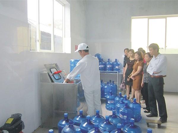Kiểm tra ATVSTP tại một cơ sở sản xuất nước đóng chai tại Hà Nội