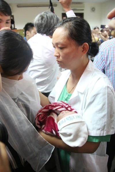 Giây phút các bác sĩ trao bé Trần Gấu cho gia đình bệnh nhi