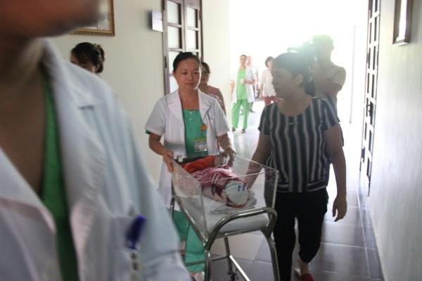 Sau 50 ngày điều trị từ khi chào đời, bé Trần Gấu lần đầu tiên được ra viện