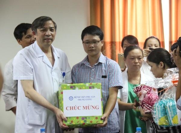 PGS.TS Vũ Bá Quyết, Giám đốc Bệnh viện chúc mừng gia đình bé Trần Gấu