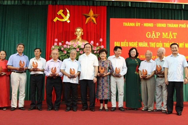 Lãnh đạo Thành ủy Hà Nội gặp mặt các nghệ nhân, thợ thủ công mỹ nghệ giỏi Thủ đô