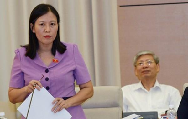 Chủ nhiệm Ủy ban Tư pháp của Quốc hội Lê Thị Nga trình bày báo cáo tại phiên họp