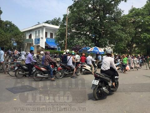 Từ 1-10 tới, Bệnh viện Bạch Mai đóng cửa toàn bộ bãi trông giữ xe máy cho bệnh nhân