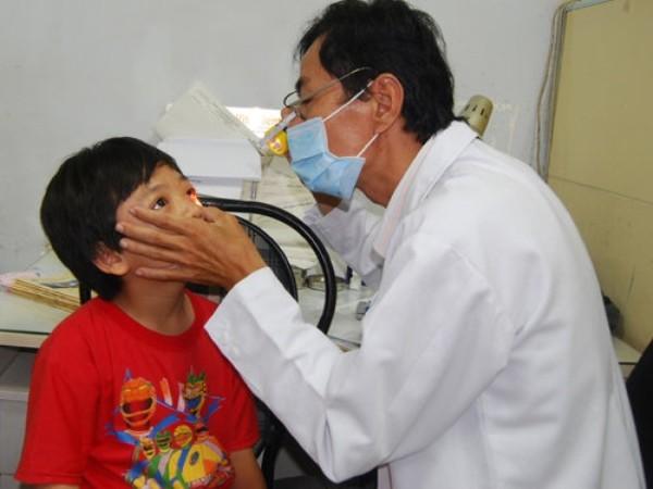 Khám đau mắt đỏ cho một bệnh nhi tại Hà Nội