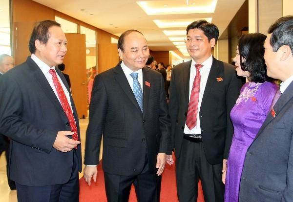 Thủ tướng Nguyễn Xuân Phúc trao đổi với các ĐBQH bên hành lang Quốc hội