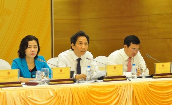 Thứ trưởng Bộ Nội vụ Trần Anh Tuấn (ngồi giữa) trả lời báo chí tại buổi họp báo