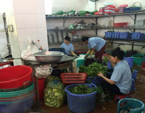 Đoàn kiểm tra liên ngành ATVSTP Hà Nội kiểm tra tại bếp ăn